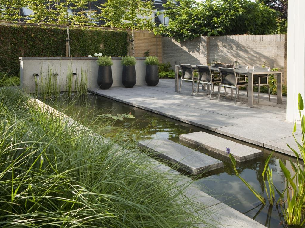 Eigentijdse strakke stadstuin met veel groen tuinseizoen for Moderne kleine tuin