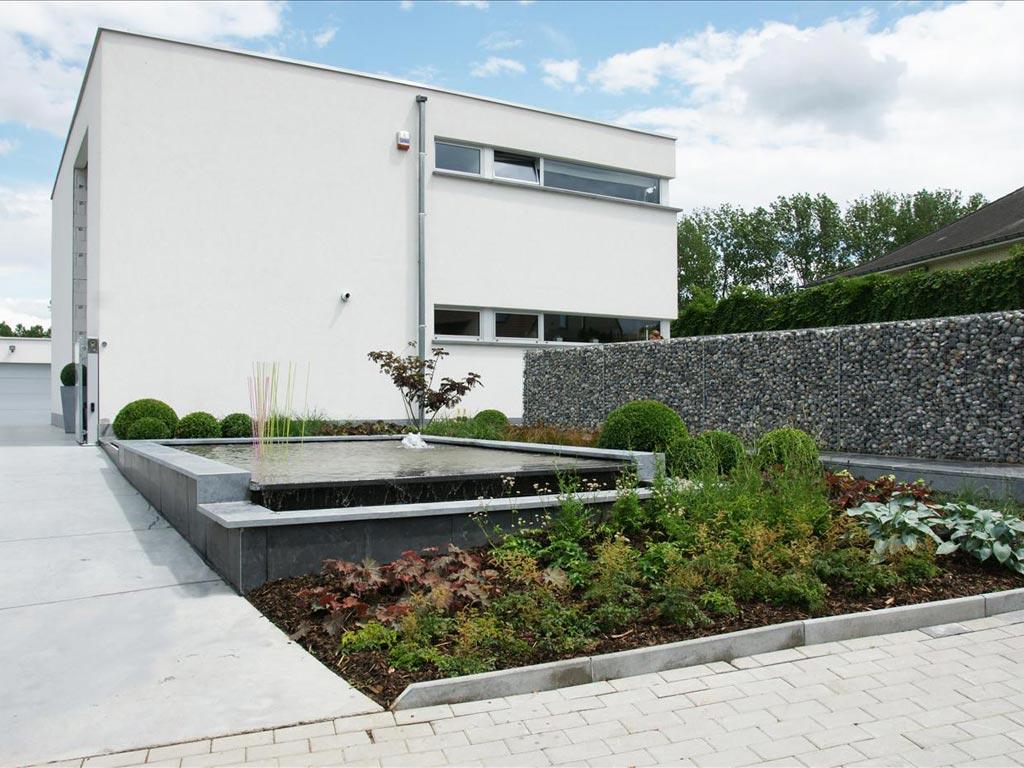 Moderne en functionele voortuin met vijver tuinseizoen for Voortuin modern