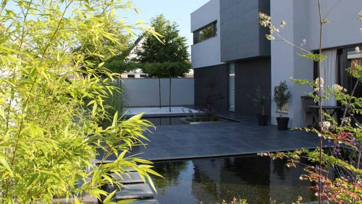 Moderne vijvertuin als besloten oase