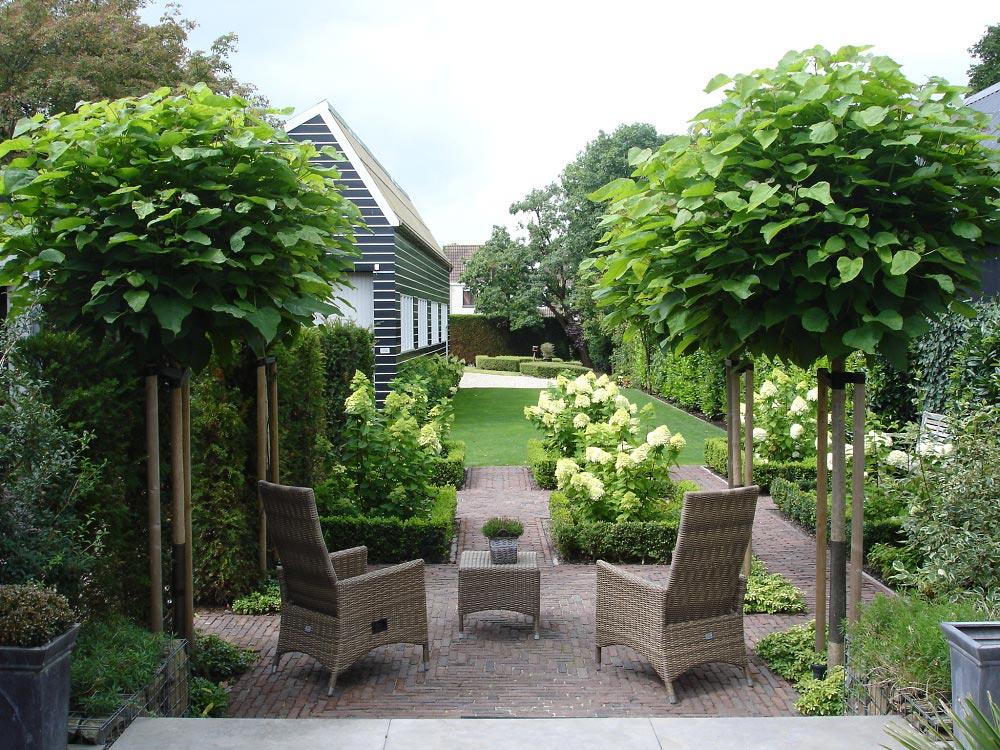 Formele tuin met rustige beplanting tuinseizoen for Landelijke stadstuin