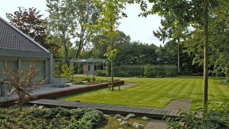 Strakke en eigentijdse tuin met zwemvijver tuinseizoen