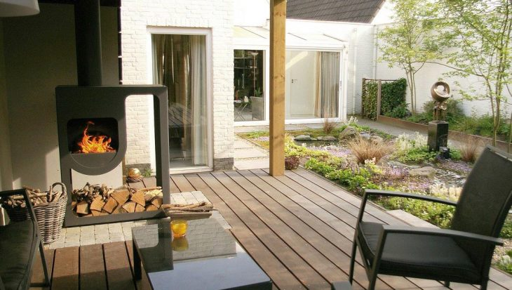 Intieme tuin met waterloop