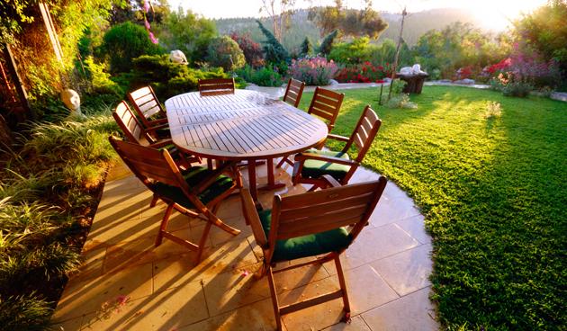 Houten tuinmeubels beschermen, tuinklusjes in mei, tuinseizoen