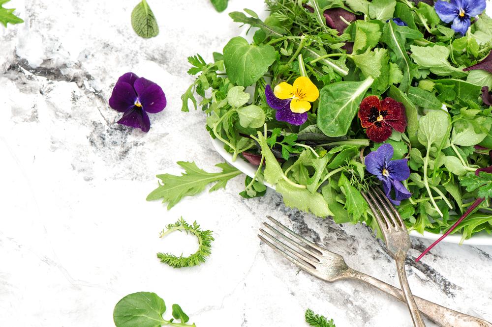 salade met bloemen, eetbare bloemen, tuinseizoen