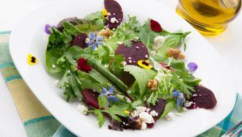 Salade met bloemen