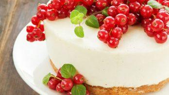 Cheesecake met rode bessen en munt