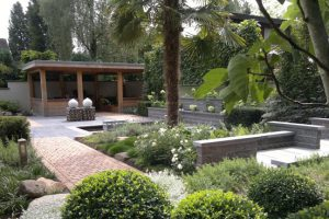 Mede door de palmen en een meerstammige vijg is dit echt een mediterrane tuin.