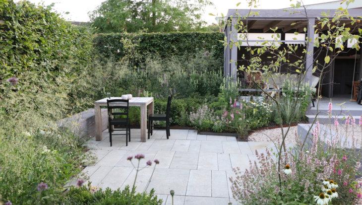 Tuinontwerp: Schelpen en betontegels